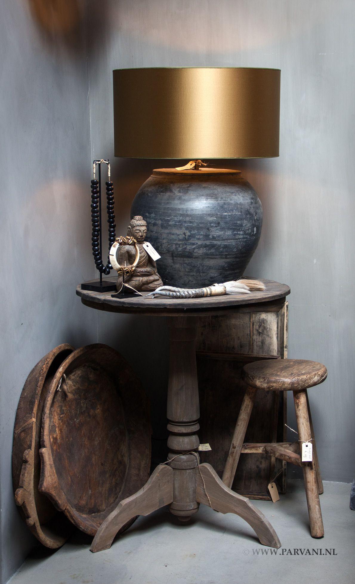 |Parvani Chinese kruiklamp, grijs/zwart met satin kap in goudkleur. Oud houten wijntafel, vergrijsd. Krukje rond uit China.