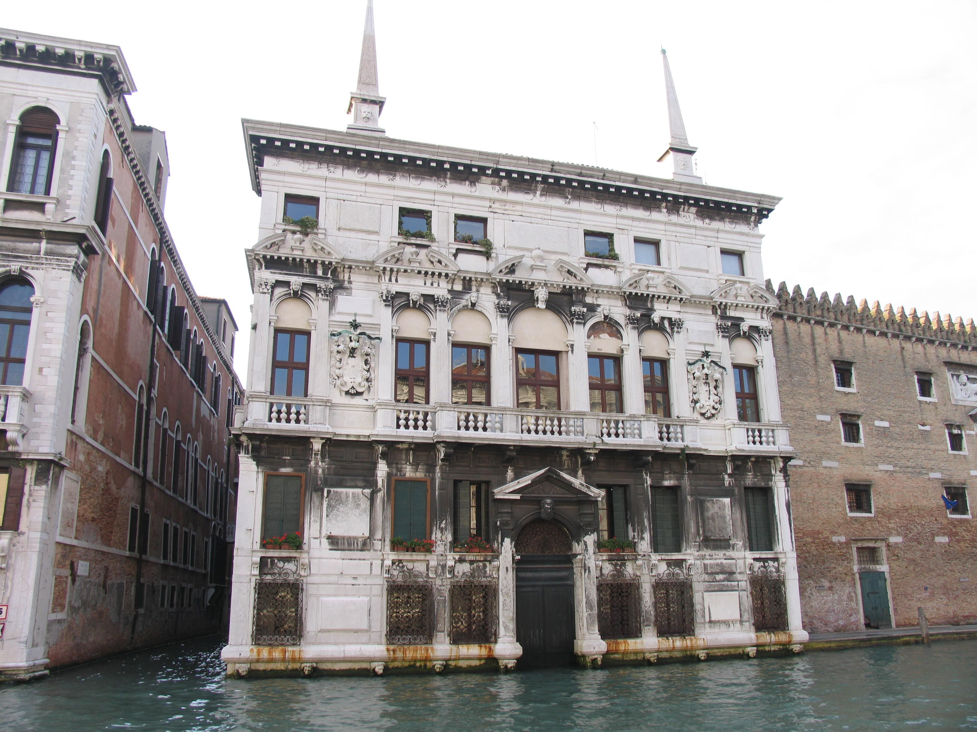 palazzo belloni battagia. a palace on the grand canal built in the