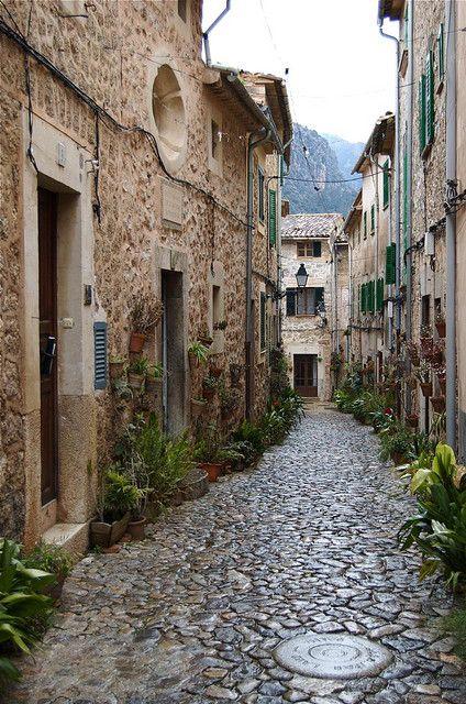 #Valldemossa, #Mallorca, #Balearerne, #Spanien. Læs mere om landsbyen i vores artikel her: www.feriebolig-spanien.dk/Spanien/artikler/10-af-spaniens-mest-charmerende-landsbyer
