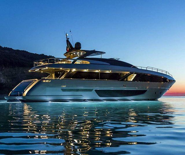 Naar Het Schijnt Heeft Zlatan Deze Riva 100 Corsaro Op De Kop Getikt Kosten 8 Miljoen Euro Goeie Sloep Riva 100corsaro Riva Luxe Jachten Jachten Boten