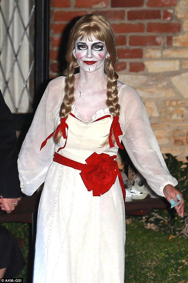Courteney Cox Looks Unrecognisable Dressed As Killer Doll Annabelle