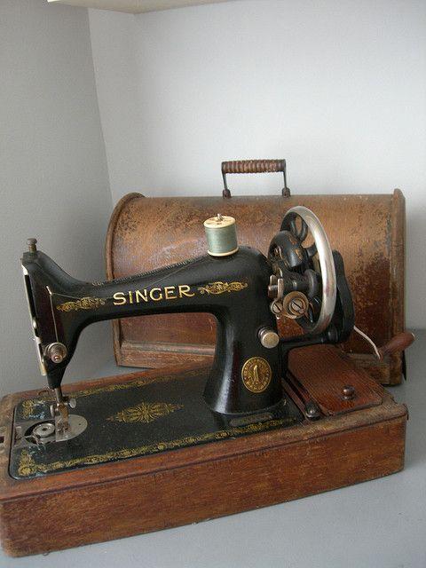 Old Vintage Singer Sewing Machine Sewing Machine Old Sewing Machines Sewing