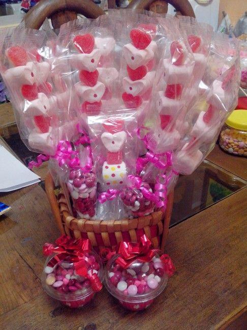 Arreglo en canasta con brochetas de bombon y gomitas San valentin