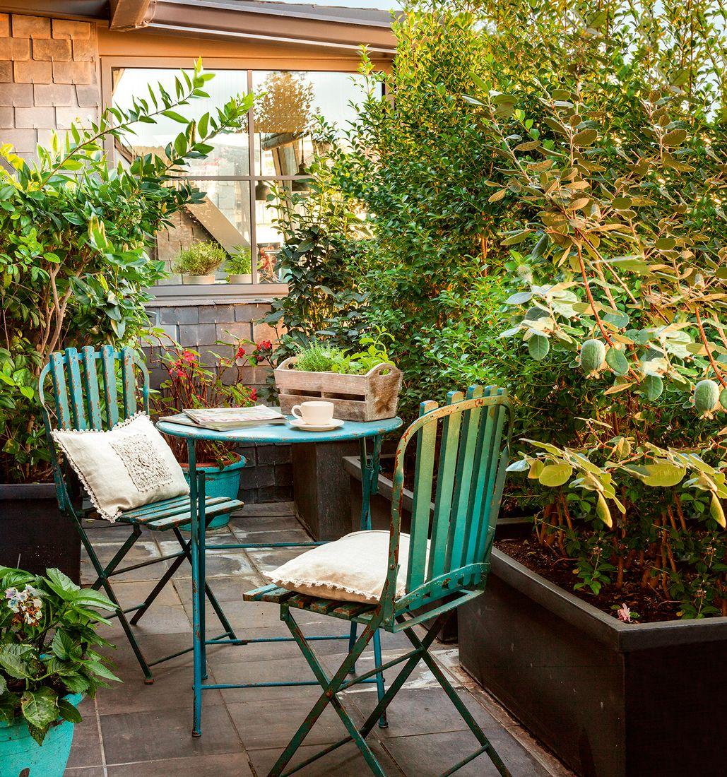 Terraza peque a con baldosas mesa y sillas de jard n de for Mesas para terrazas pequenas