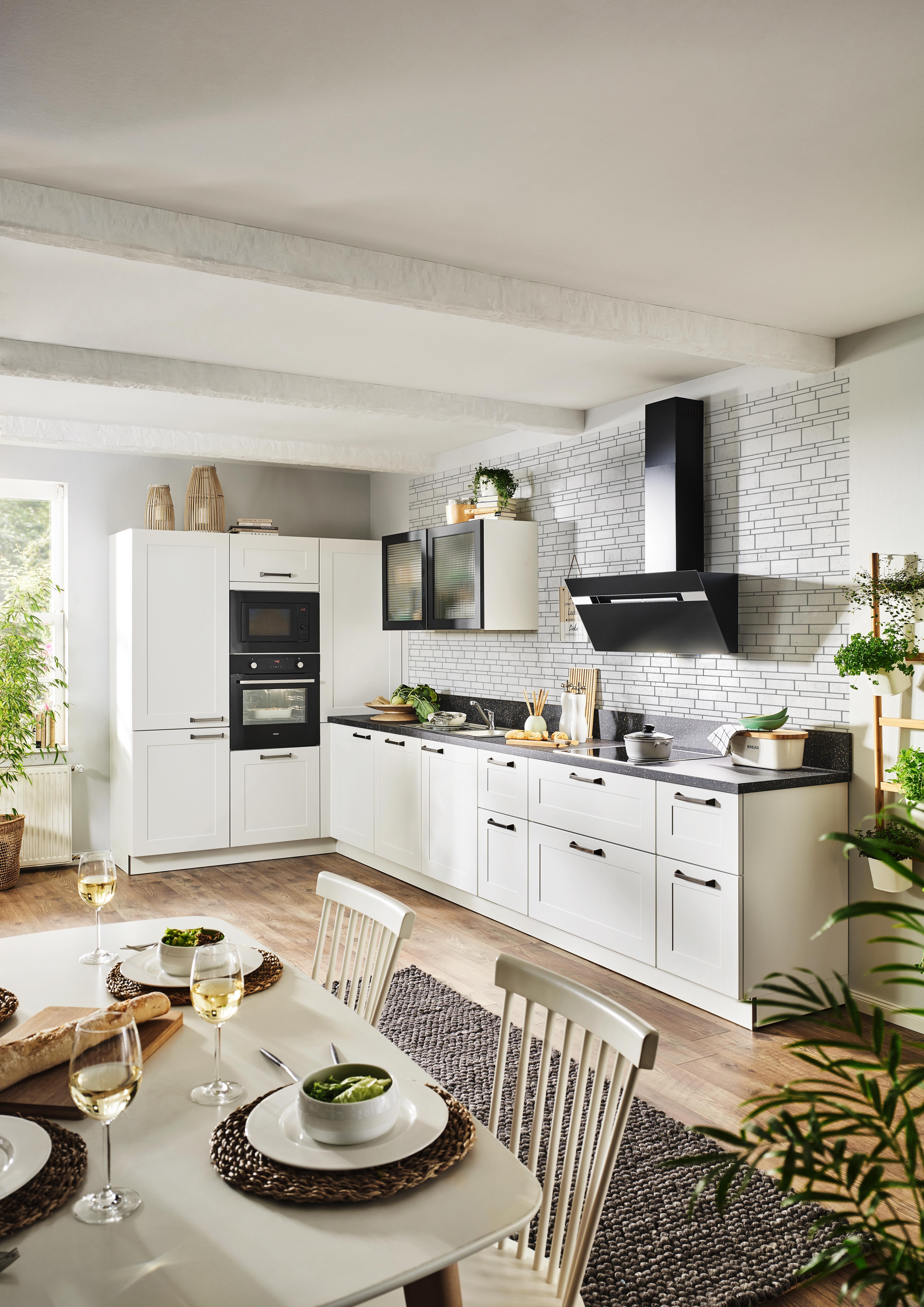 Weisse Landhauskuche Mit Arbeitsflache In Stein Optik Haus Kuchen Landhauskuche Kuche