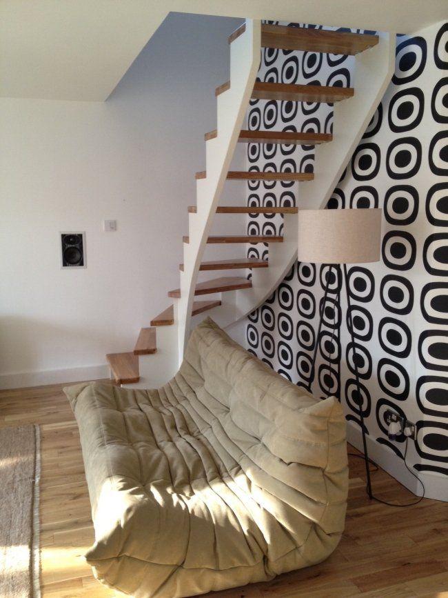 wangentreppe weiß holz retro wanddeko polstersofa Möbel - interieur in weis und holz modern design