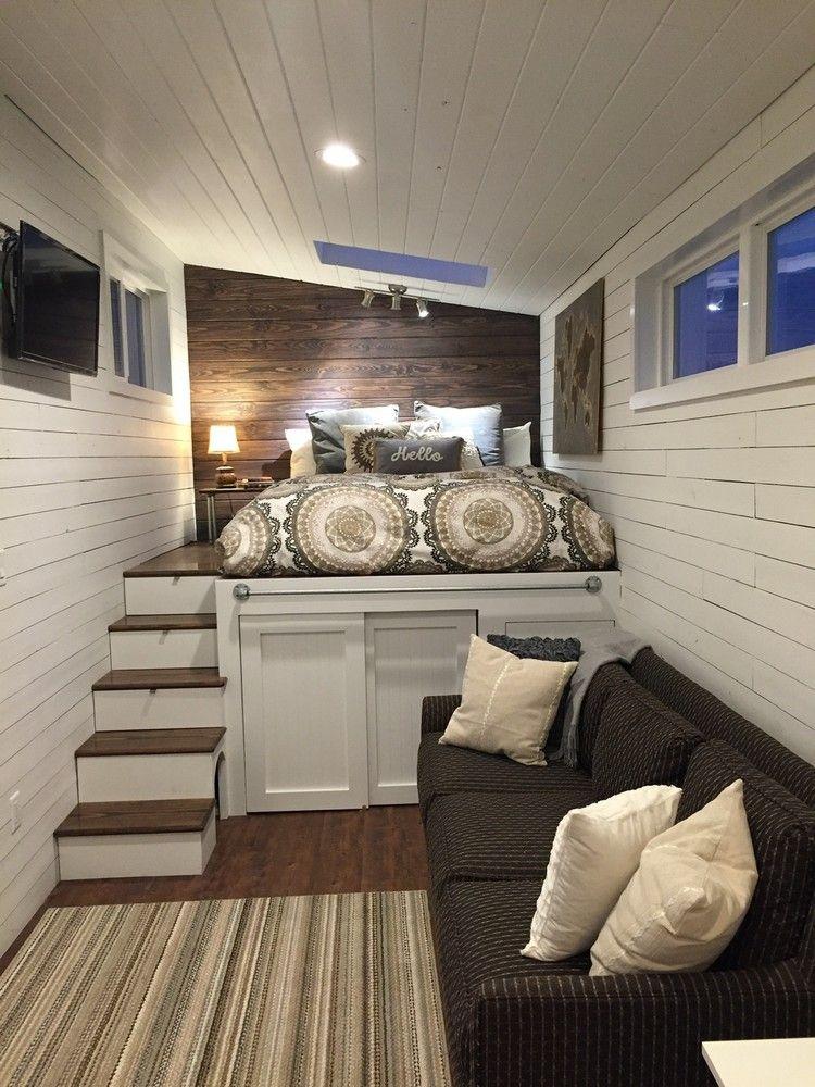 petite maison bois, plafond bois blanc avec spot encastré, lit ...