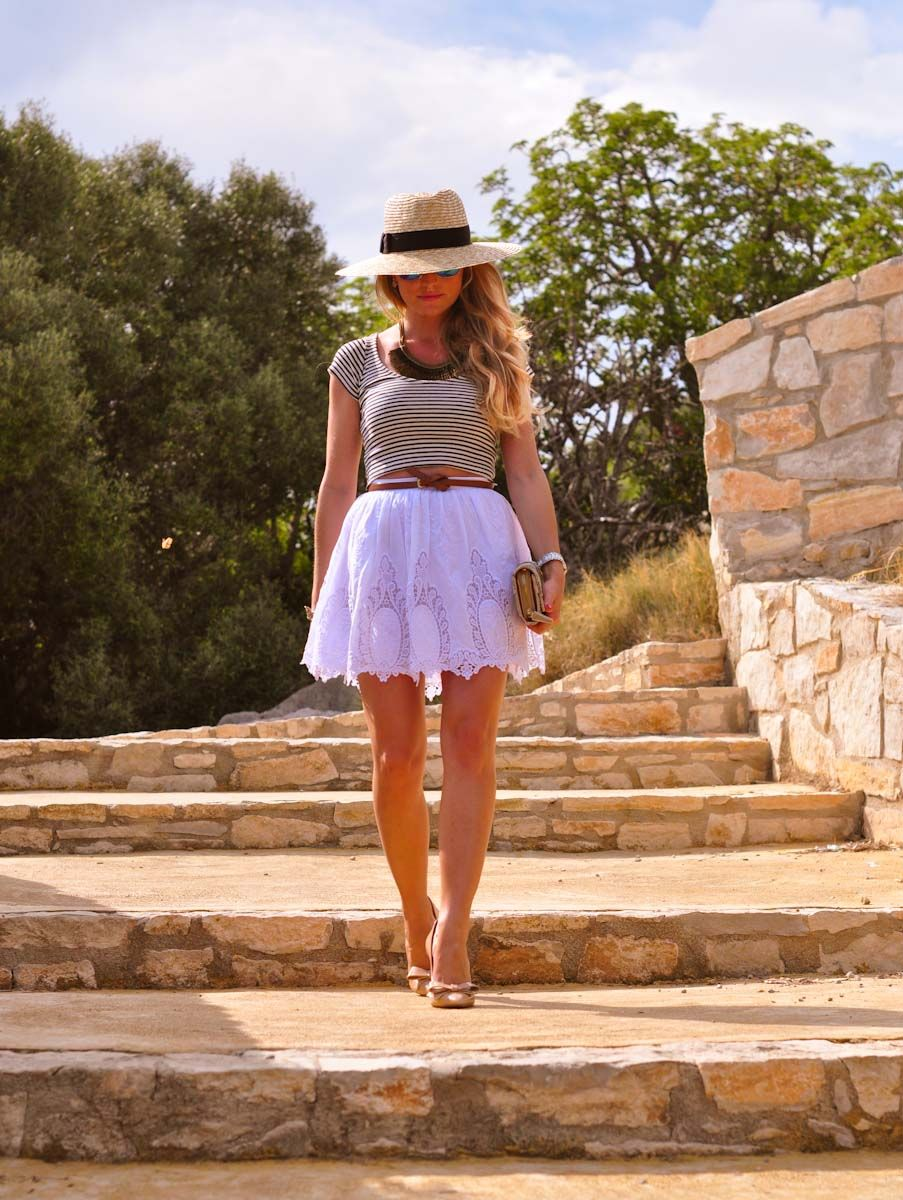 Summer vibes: Navy crop top & lace skirt | A place to get lost