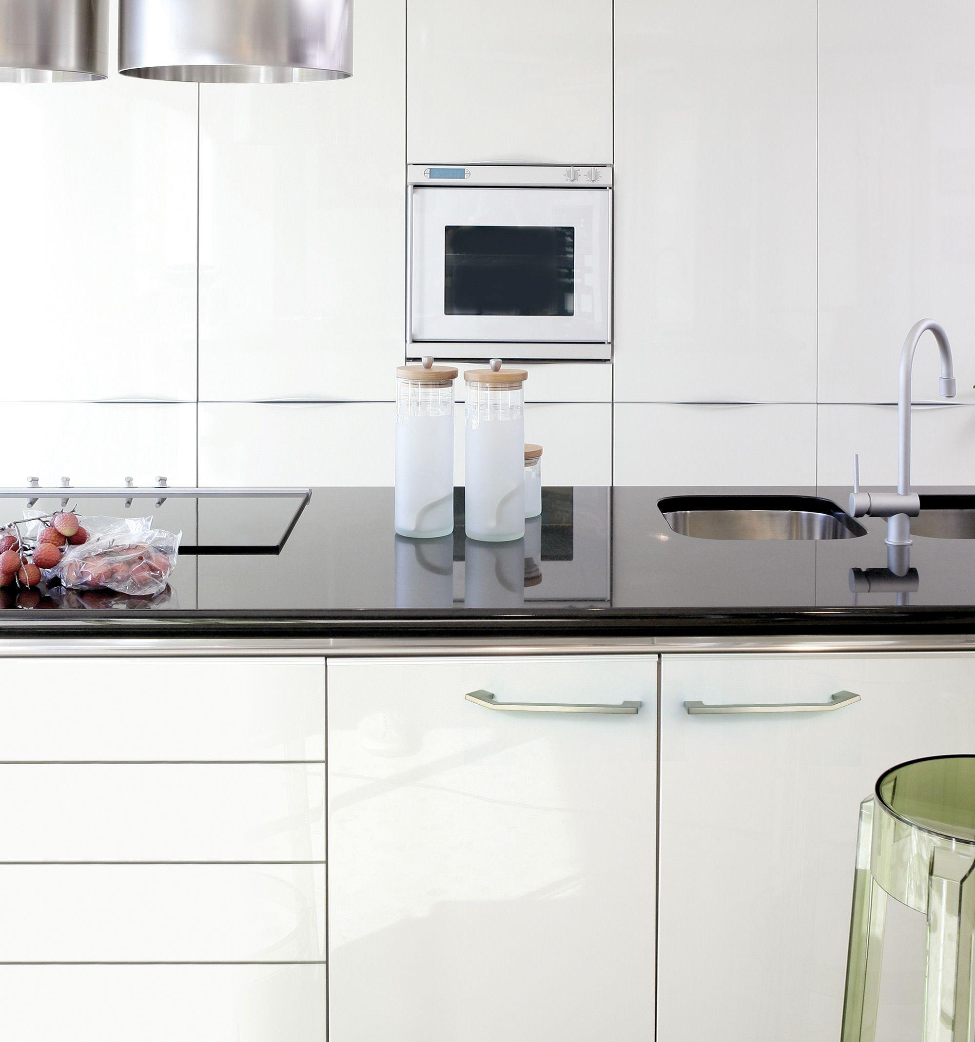 Es Un Tirador Moderno En Niquel Sobre Un Mueble Blanco De Cocina  # Muebles Tirador