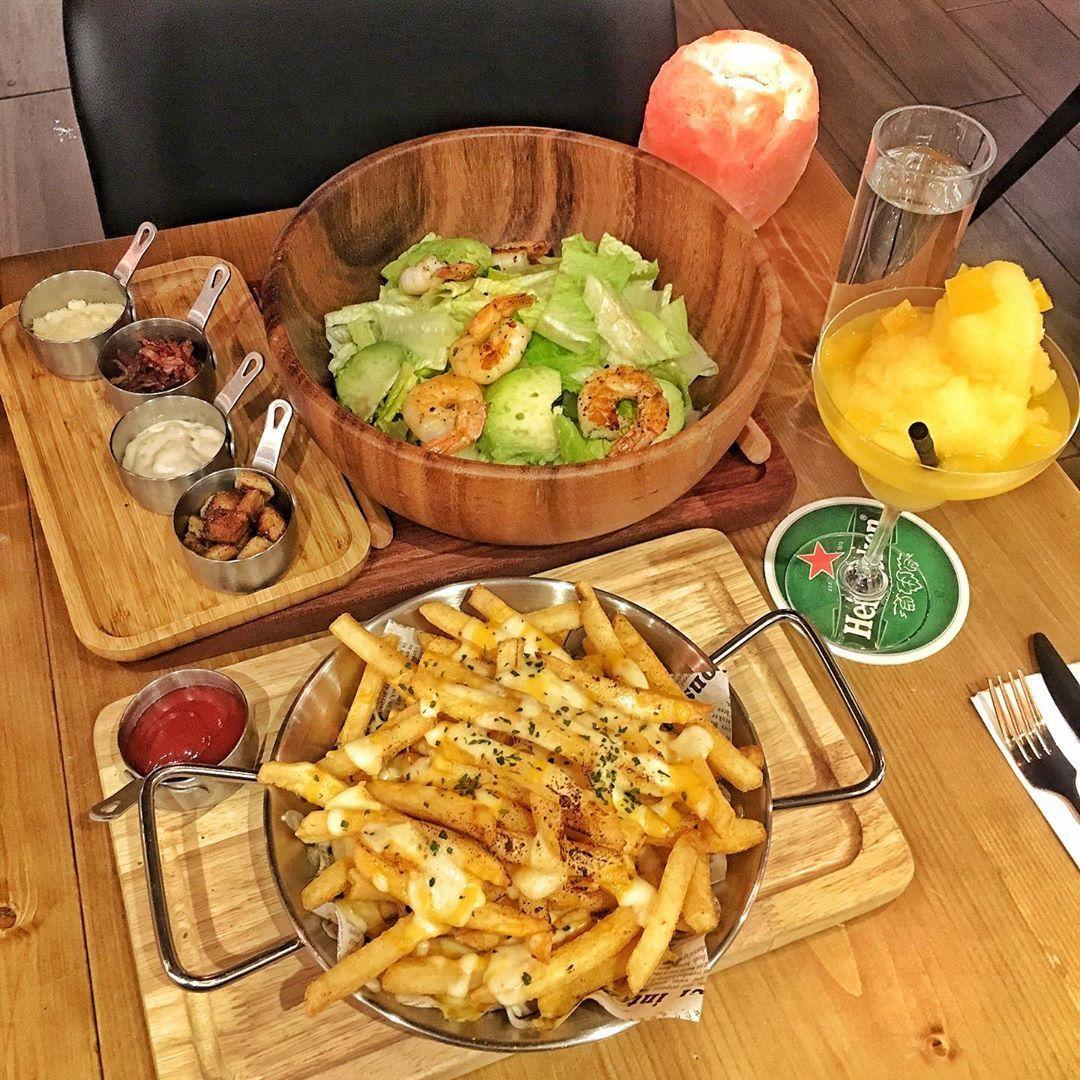 餐廳評分: ---------------------------------------------------- 又到聖誕 今次同朋友提前慶祝 來到荃灣一間西餐廳食晚飯 ...