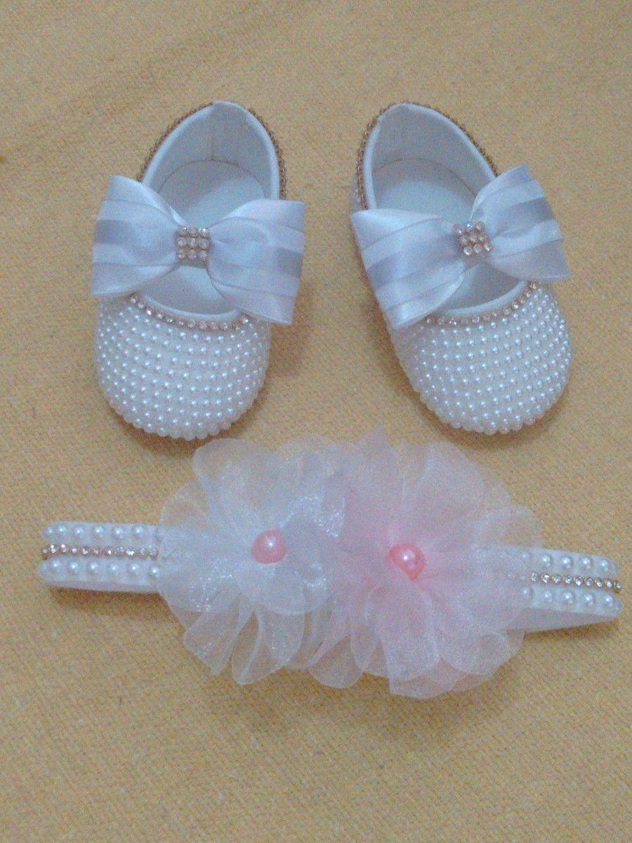 0c8cffa5d26 Kit de sapatinho de pérolas com laço de cetim e tiara em pérolas e flores de