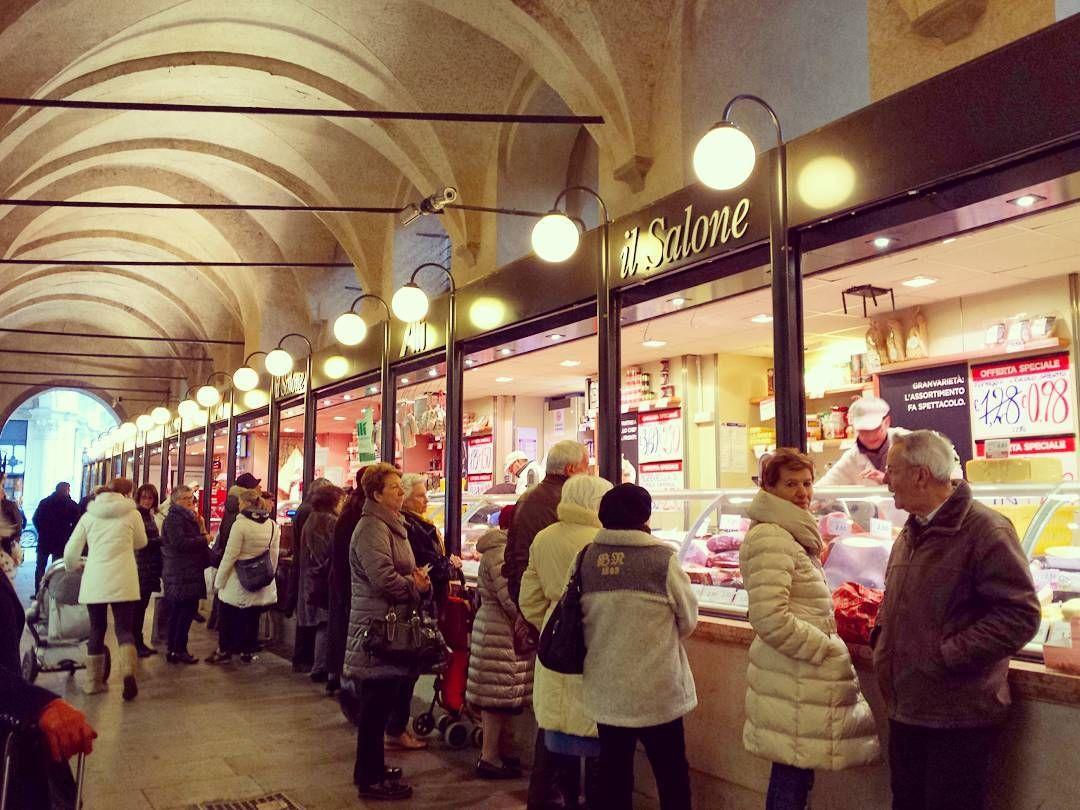 Everyday traditional market.  #padova # padua #igersitaly #igersitalia #igtravel #igersveneto #igerspadova #italy #italian @top.tags #toptags #italia #foto_italiane #travel #traveling #italyiloveyou #italianstyle #italygram #italytrip #sun #hot #love #ilove #instatravel #amazing #beautiful #italyfood #italianfood #italiano #instalife #tourism by gattarapazzameow
