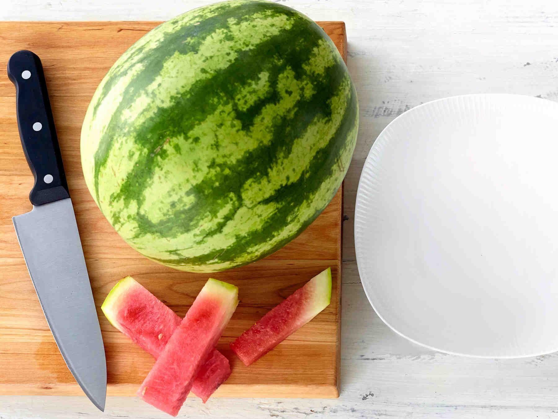 Näin pilkot helposti vesimelonin syötäviksi paloiksi. Jätä kuori paikoilleen, siitä on hyvä pitää kiinni syödessä. Voit myös pakastaa palat, jolloin saat...