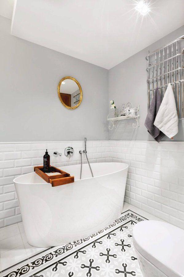 Ideas que puedes robar de los baños decorados en gris y blanco
