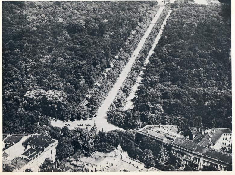 Berlin, Kemperplatz mit Rolandbrunnen, Blick in die Siegesallee, um 1912.