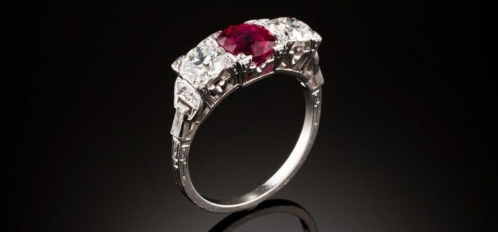 Un art déco rubí y diamantes anillo de tres piedras