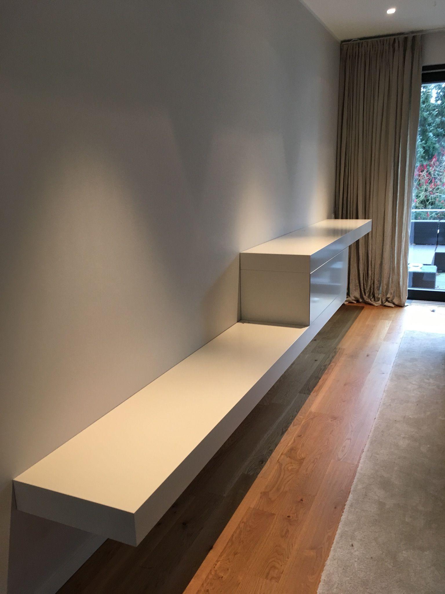 Weißes Lowboard wohnzimmer idee weißes lowboard mit stufe und schublade