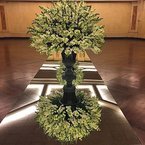 Flores, arranjos, vasos, espelhos, mesa MARA, reflexos, tudo saiu perfeito do jeito que eu imaginei.. 🙏🏻😍👌🏻 #florecor #flores #arranjosestruturados #arranjos #instaflower #instadecor #decoracao #decor #bocadeleao #megaarranjos #vasostop #mesadecorada #mesaespelhada #espelho #reflexo #amoespelhos #cemporcentoeventos #kirafestas #eudecoro #flowerlovers #chic #clean #mesadecorada #mesadedoces #tablescape #tabledecor #feliz #bocadeleao #glamour #sinagoga