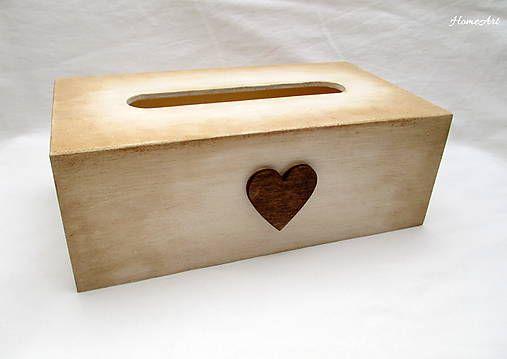 HomeArt / Servítkovník so srdiečkom Servítkovník dekorovaný v štýle vinatge, patinovaný, dekoratívne drevené srdiečko, na záver prelakovaný eko lakom. Plní sa zospodu. Servítky treba z papierovej krabičky vybrať a vložiť do servítkovníka. Zmestí sa do nej cca 150ks. Veľkosť: výška 8cm dĺžka 22cm šírka 12cm