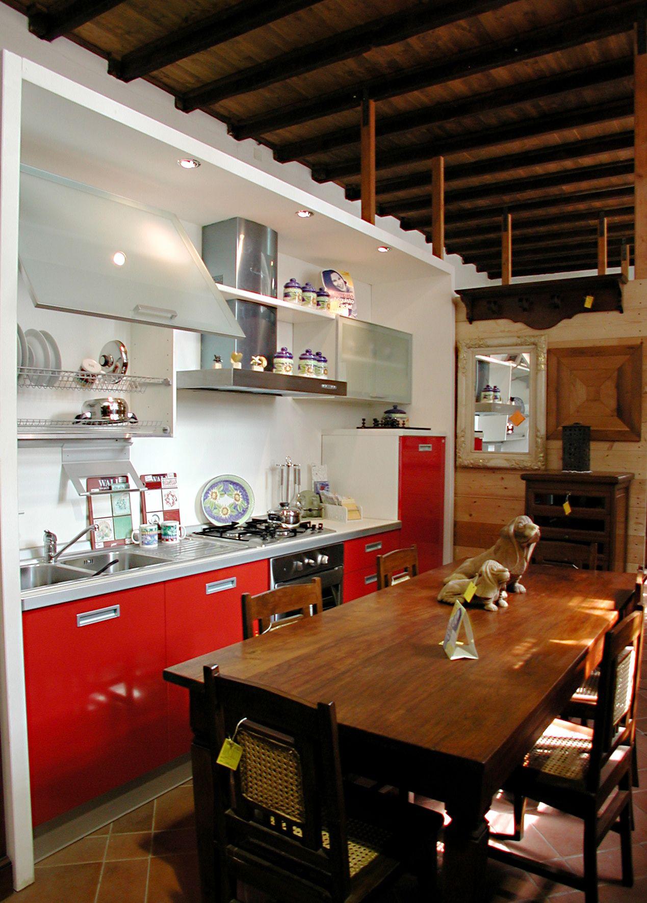 cucina rossa tavolo in legno