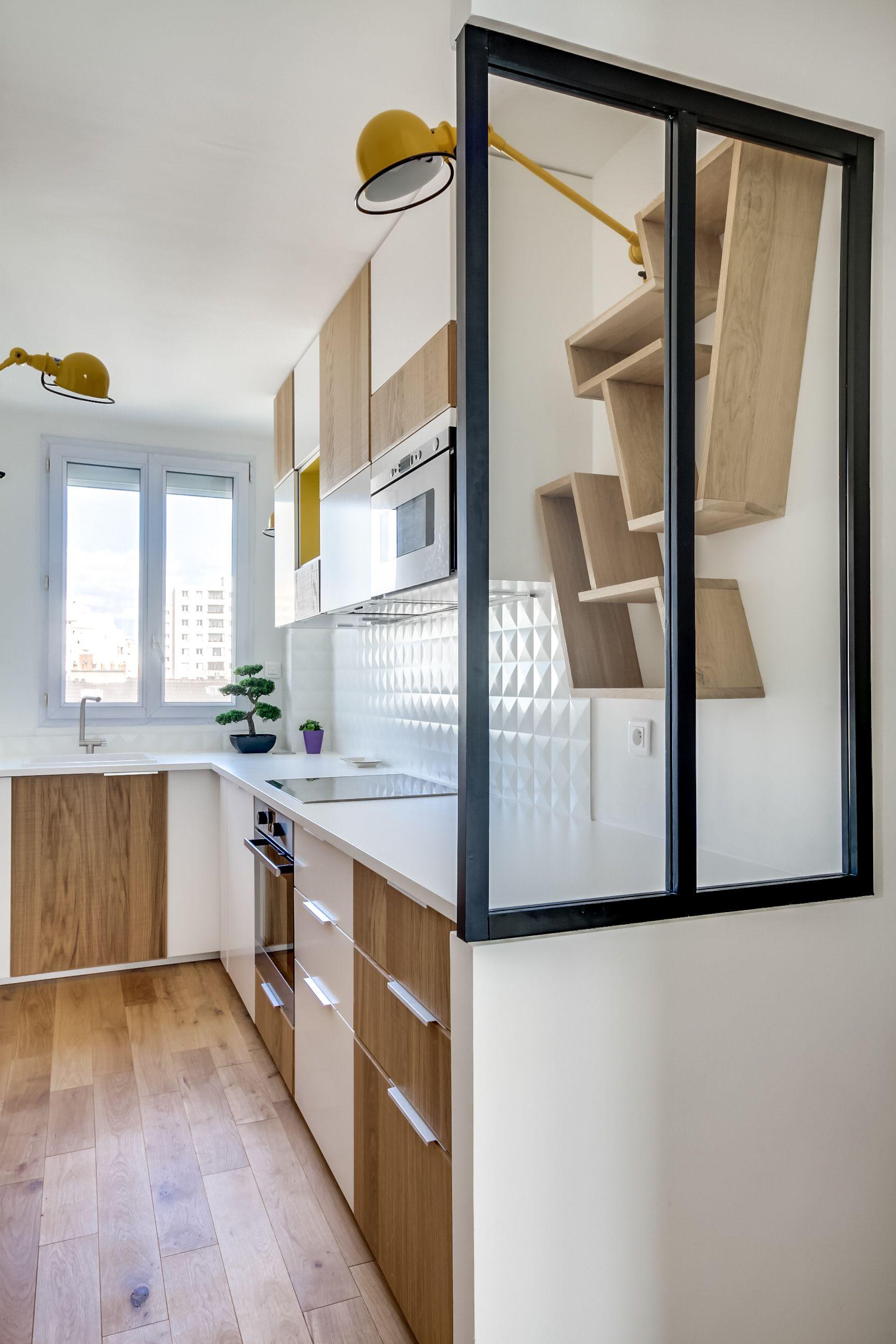 Cuisine graphique avec verrière, dans un appartement rénové par l