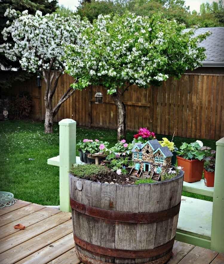8a0ace8055f9cf Minigarten im Holzbottich als originelle Gartendeko