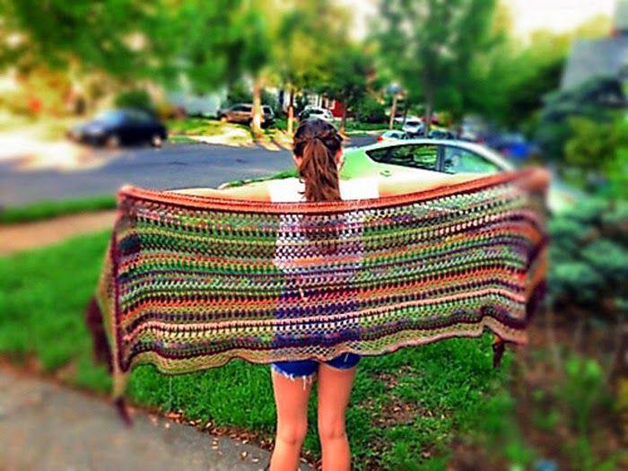 Original pattern and photos: Esther Sandrof             Tá com um monte de restinhos de lã em casa e não sabe o que fazer com eles? Aqui...
