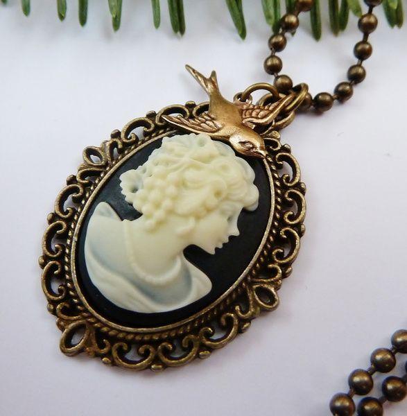 Halskette aus antikgoldfarbenem Metall mit schöner Gemme in schwarz-creme.  Der kleine Schwalben-Anhänger besteht aus Messing.  Wenn Ihr lieber einen