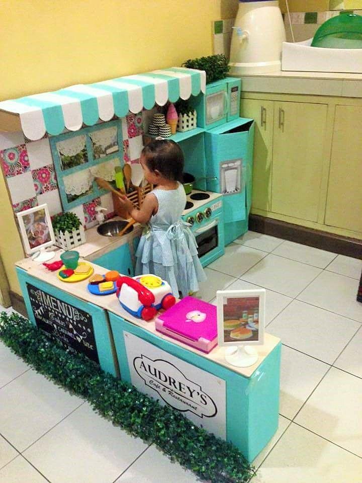 Kreative Bastel-Mama zaubert ihrer Tochter eine tolle Spielküche ...