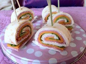 Ingrédients 5 fajitas 5 kiri 5 feuilles de salade 5 tranches de mimolette  piques Réalisation Sur votre fajita, étaler la portion de kiri.