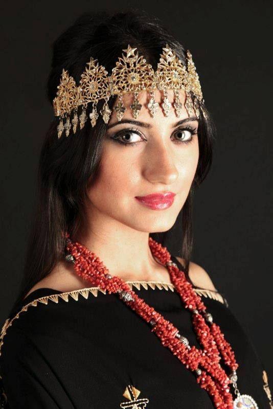 Épinglé sur Tenus traditionelles Algériennes