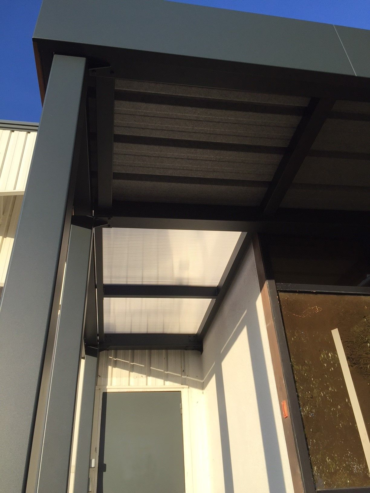 Structure aluminium pour ce carport surmesure, bandeau