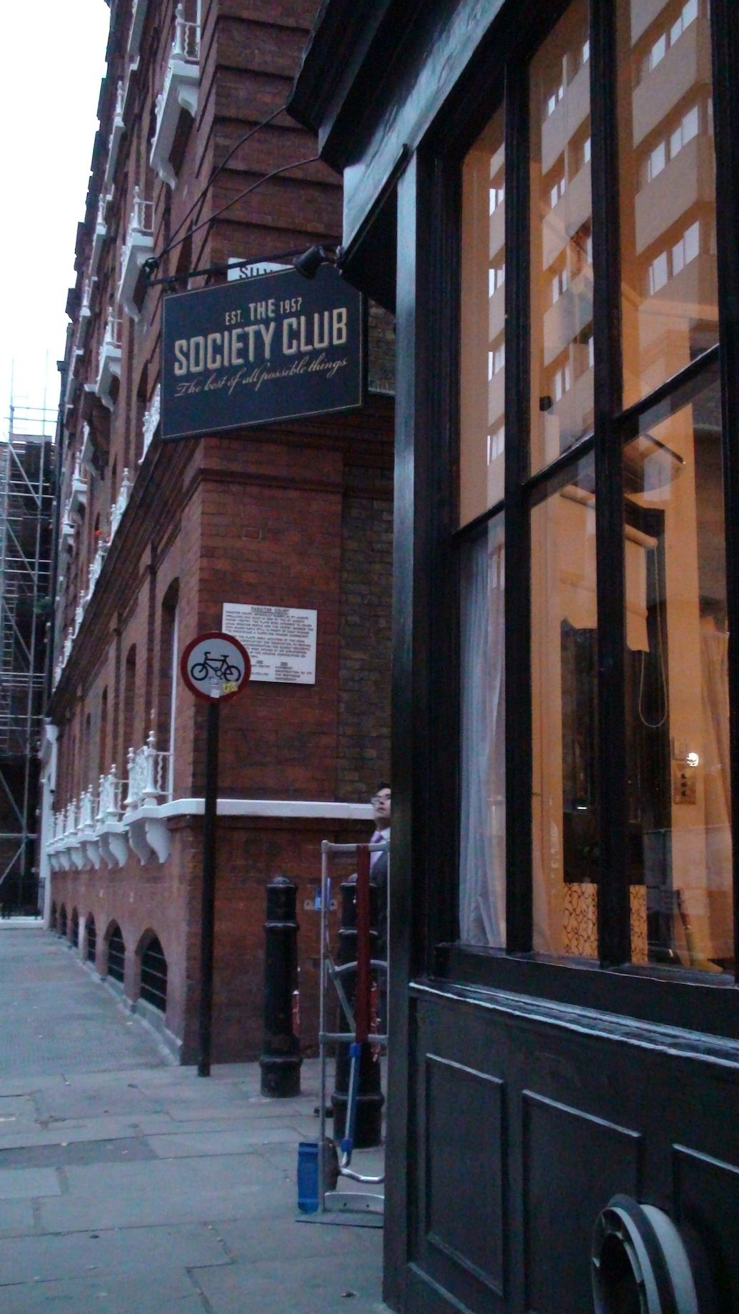 Must do ! The Society Club, London. A library bar, are you kidding me? Now this sounds like the most perfect downtime a girl could ask for! Picking out a good book and having a glass of wine in a cozy atmosphere is a perfect way to escape the busy bustle of London!
