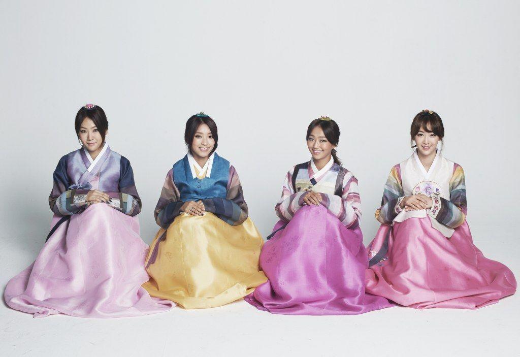 SISTAR Sends Greetings to Fans in Hanbok