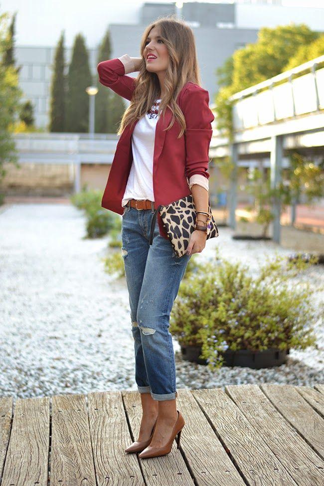pantalon vaquero - camiseta en blanco   blazer en rojo - borgoña ... a80b8f6404c1