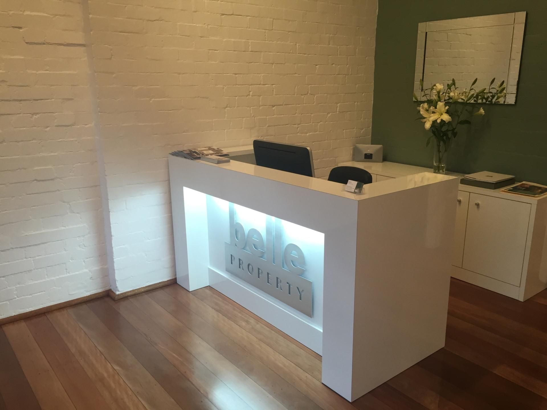 White Gloss Finish With Light And Signage Moveis De Madeira