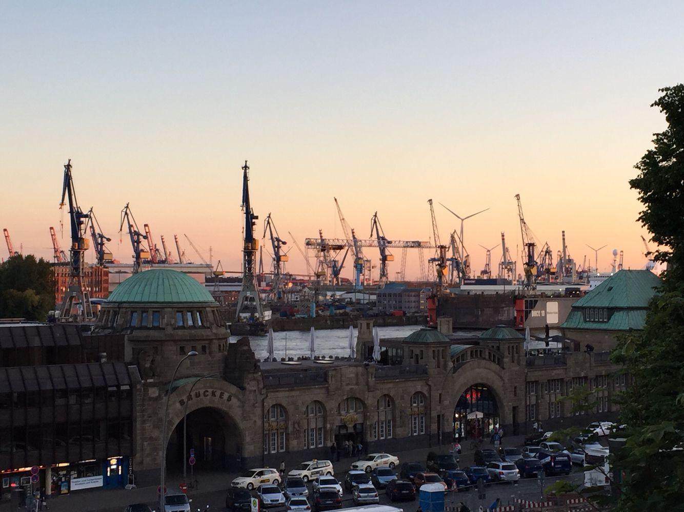 Hamburg mit Blick auf den Hafen und die Landungsbrücken im Sonnenuntergang! Der Weg die Treppen zur Aussichtsplattform lohnt sich!