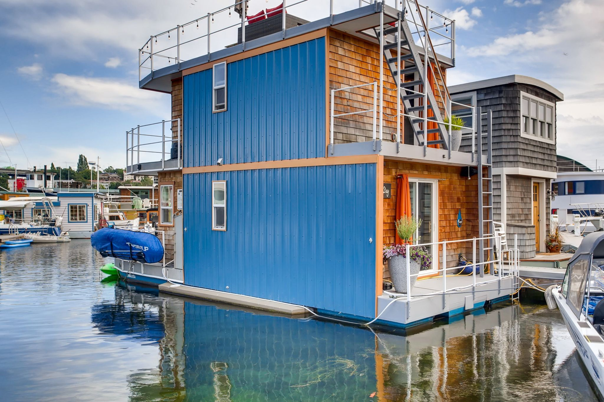 At 489k small but clever houseboat lives twice its size