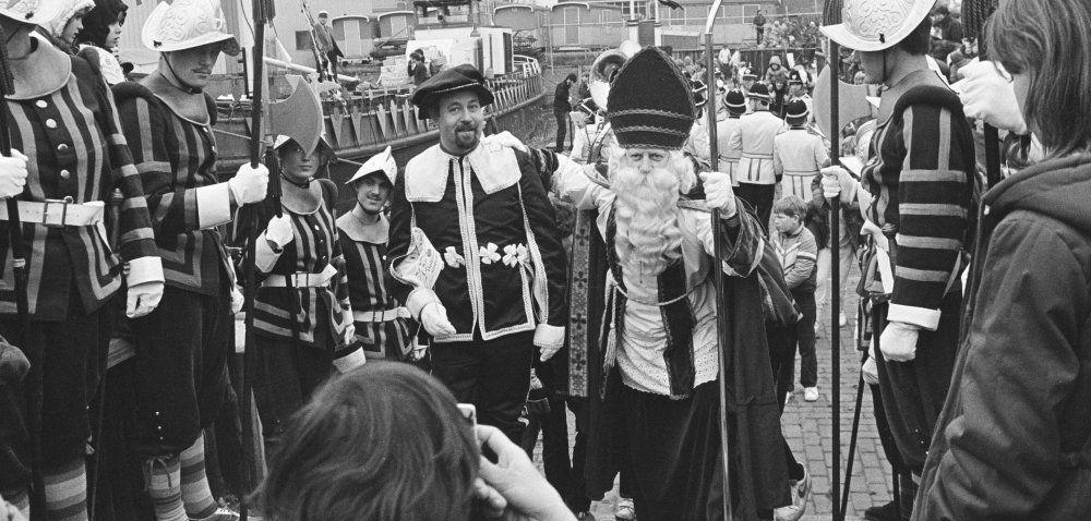 Sint Nicolaas (Sinterklaas) stapt aan wal bij zijn intocht, met Spaanse edellieden  1983https://stadsarchief.breda.nl/collecties/films-en-fotos/indeling/detail/start/74?q_searchfield=sint+nicolaas&focusOnImage=0