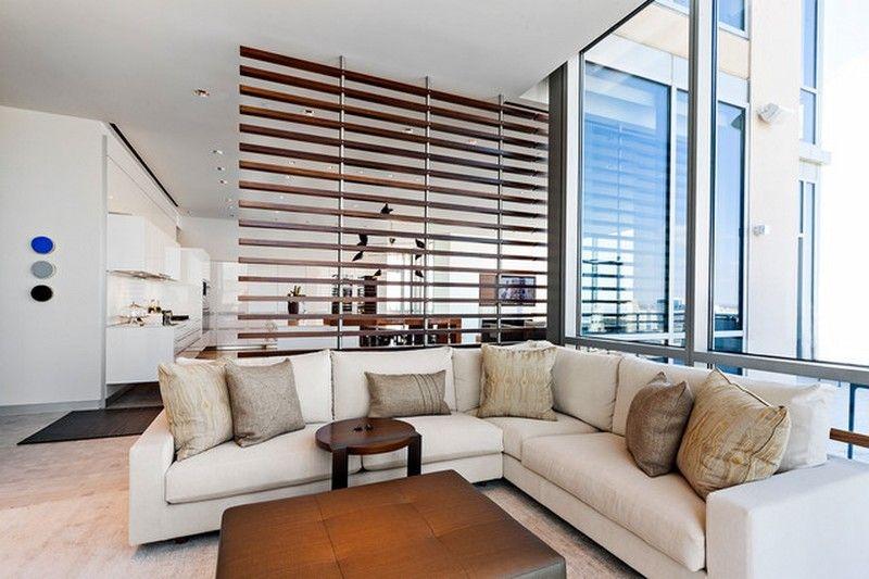 moderne wohnzimmer einrichtung und dezente raumtrennung. Black Bedroom Furniture Sets. Home Design Ideas
