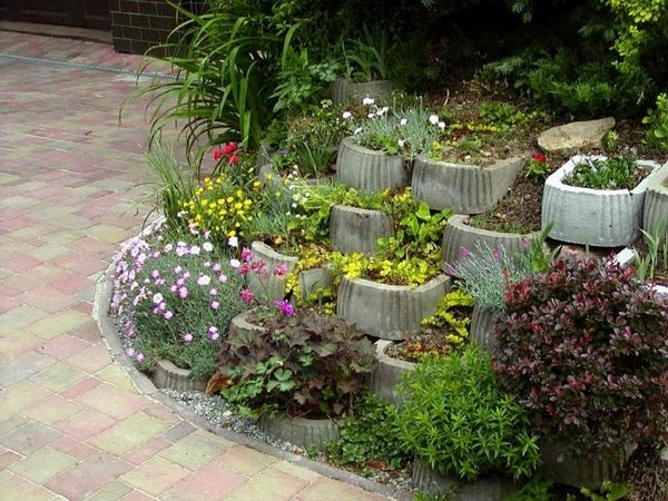 Retaining Wall Ideas Cinder Block Retaining Wall Small Garden Wall Flowers Plants In 2020 Small Garden Wall Ideas Concrete Planters Small City Garden