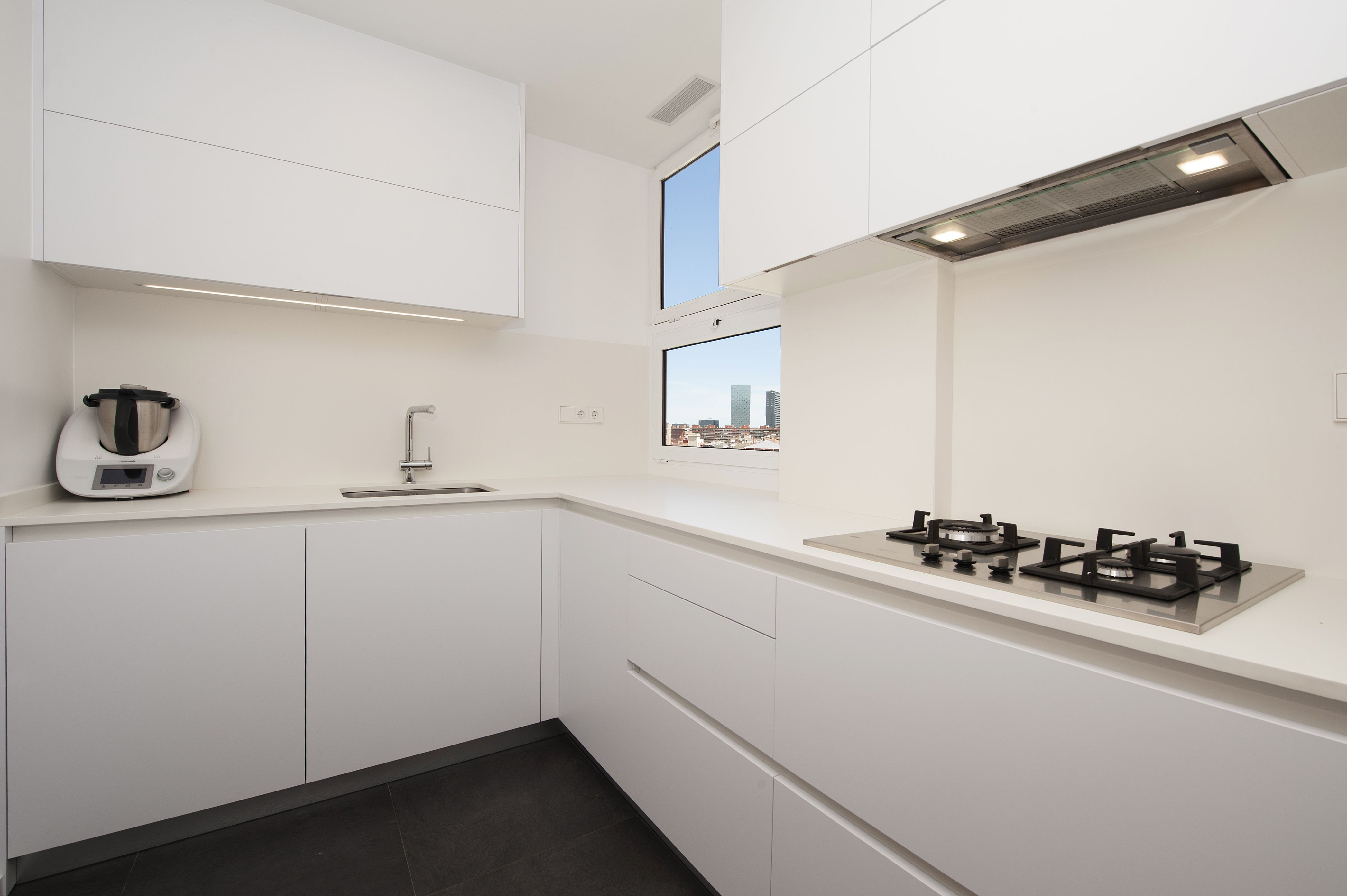 Zona de trabajo de la cocina. Diseño moderno con líneas simples ...
