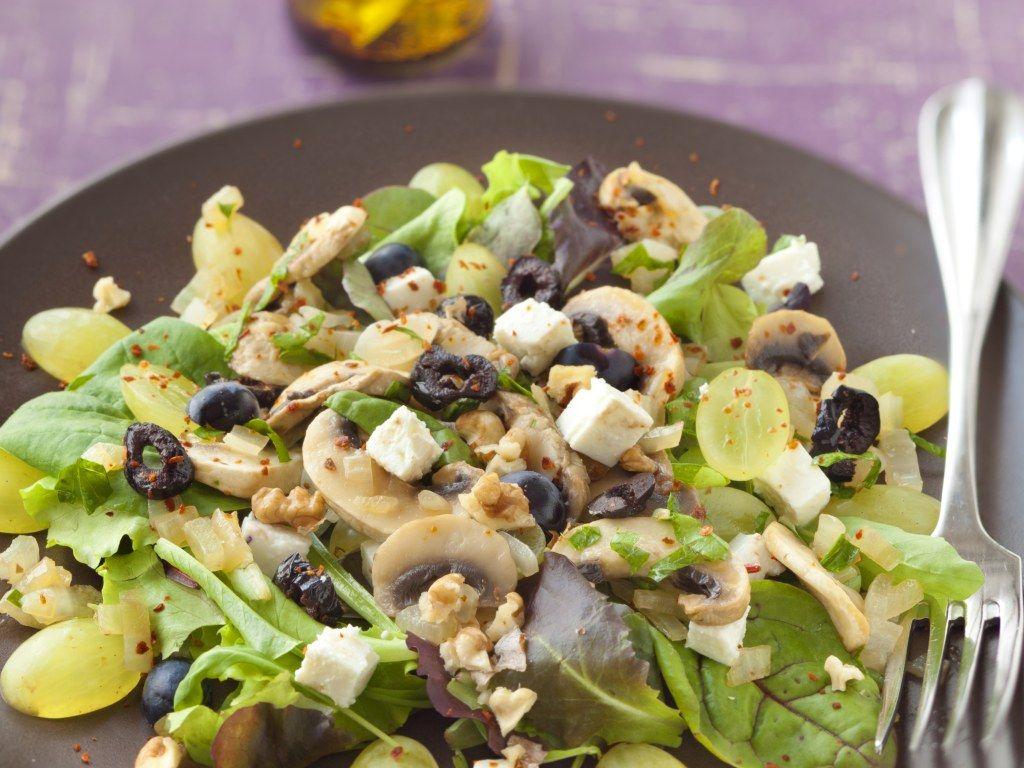 salade, champignon de Paris, échalote, huile de noix, raisin blanc, raisin noir, persil, fromage de chèvre, noix, olive noire, Huile d'olive...