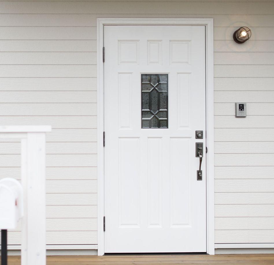 ホワイトカラーの玄関ドア 真ん中のスリガラスはデザインガラスを採用しました 玄関ドア ドア 玄関