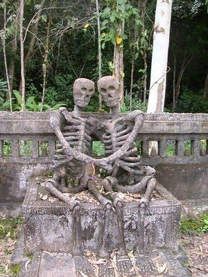 "unique sculpture, unique creationsSkeletons in Love in Thailand  The phrase ""Until Death Separates Us"" which used to be the promise of a marriage apparently did not apply to this statue. Two statues of human skeleton is made of concrete sitting berpengangan hand and smiling broadly, in the midst of a fertile Salakeawkoo Sculpture Park. Looks beautiful and romantic in a place a bit creepy."