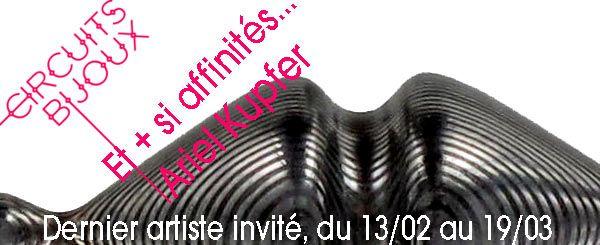Galerie Elsa Vanier - Du 13 février au 19 mars, Ariel Kupfer est le quatrième et dernier invité de l'évènement « Et + si affinités ».     Ariel Kupfer souhaitait exposer une seule bague. Il s'est concentré sur une recherche globale, de l'objet, de son esthétisme, de son port et de sa symbolique. Une seule bague, « New Ring System », à regarder à la loupe !  Mais la galerie a convaincu l'artiste de montrer plusieurs autres bijoux ! - - X