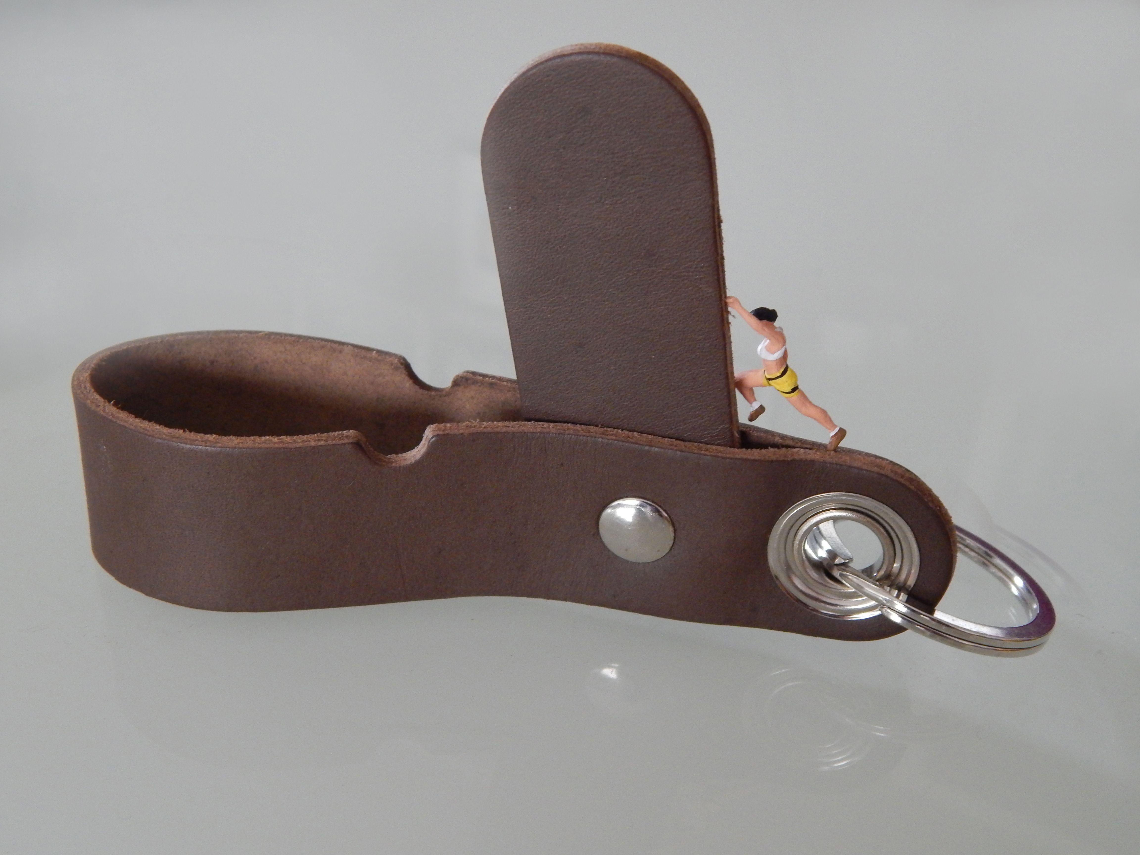 Lederschlüsselanhänger mit Handyaufsteller