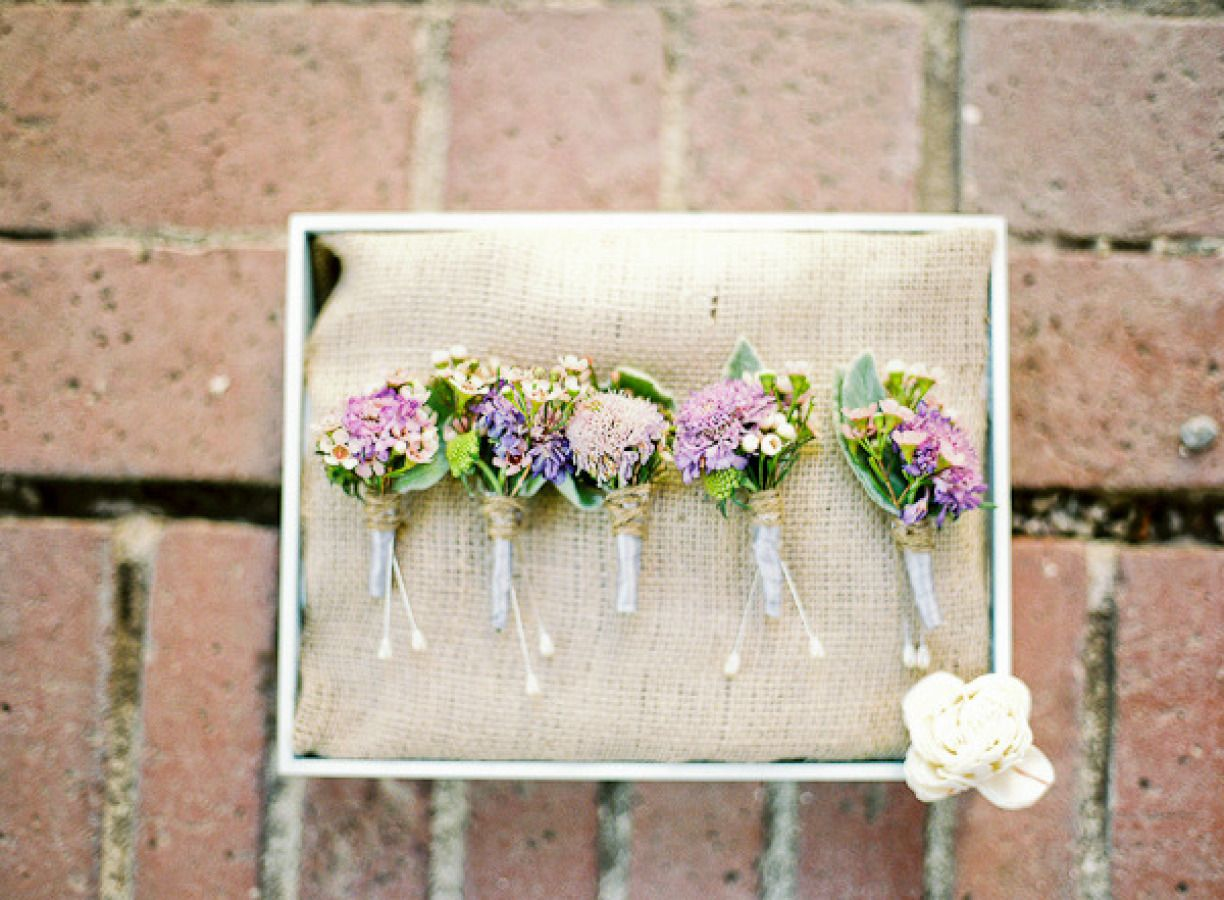 Boutonnieres in shades of lilac | Fab Mood #wedding