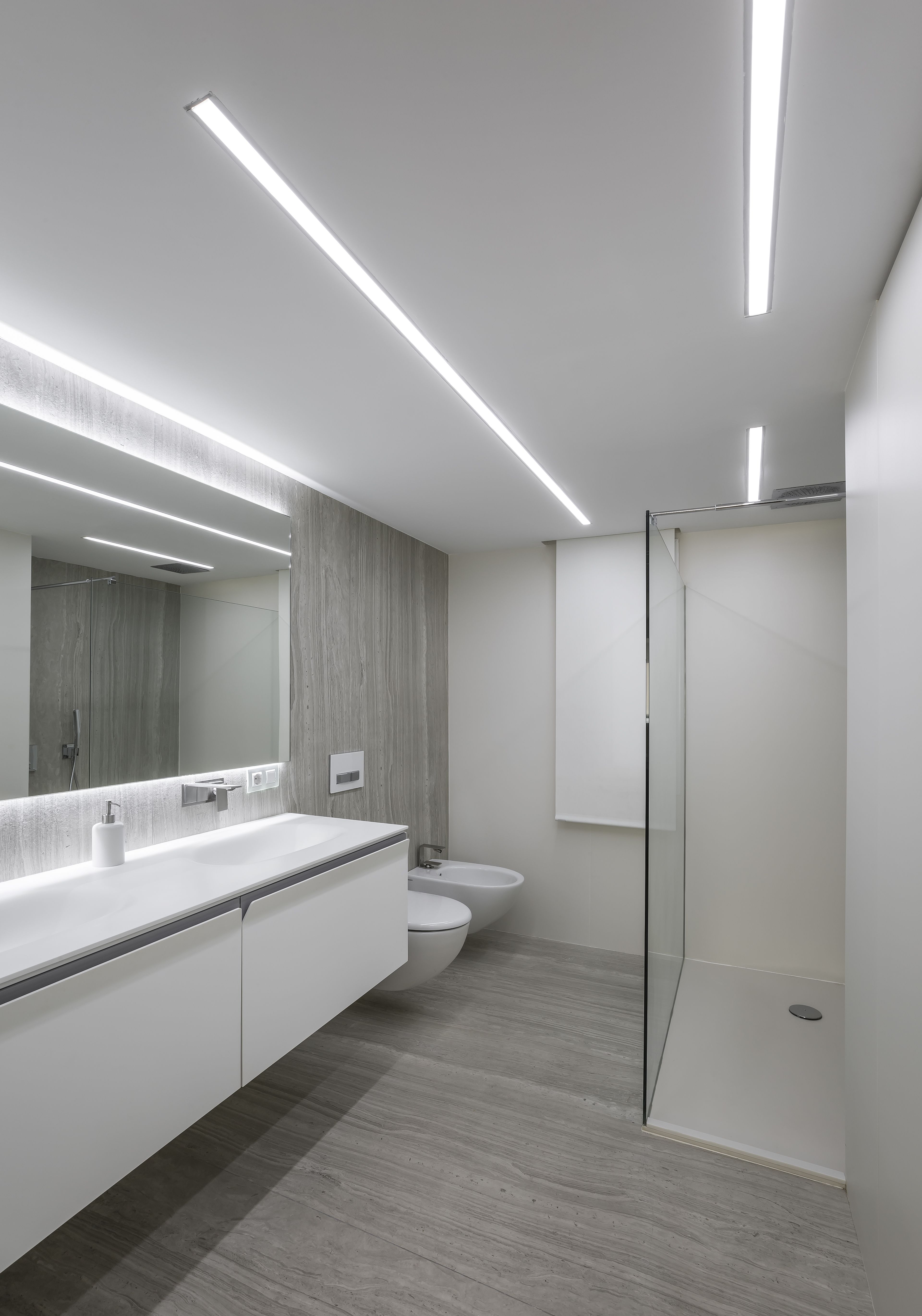 For Its Innovative Design Quality And Versatility Neolith Strata Argentum Is Integrated Into The Bathroom Of The Main Room Of This Central Ho Beleuchtung Haus