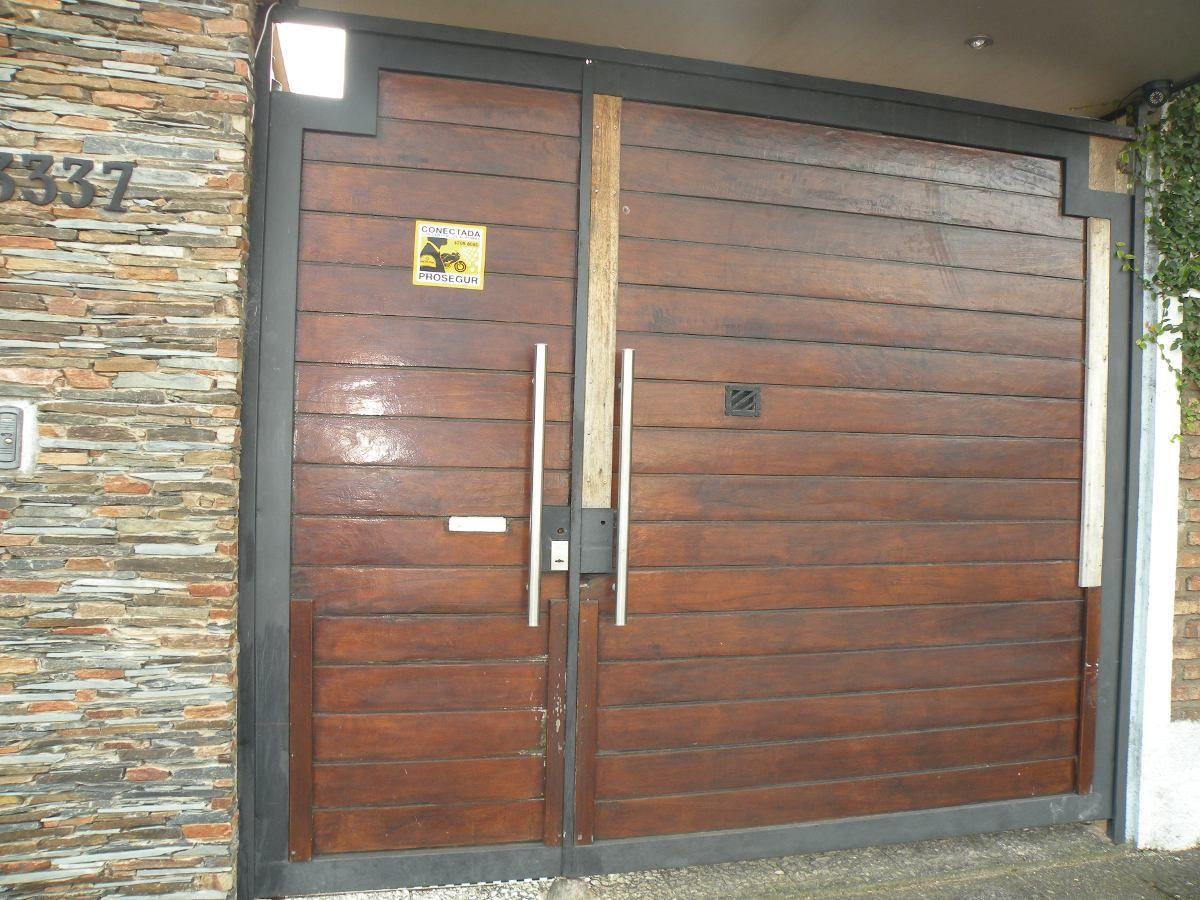 Porton de madera con estructura de hierro en for Puertas de madera para garage